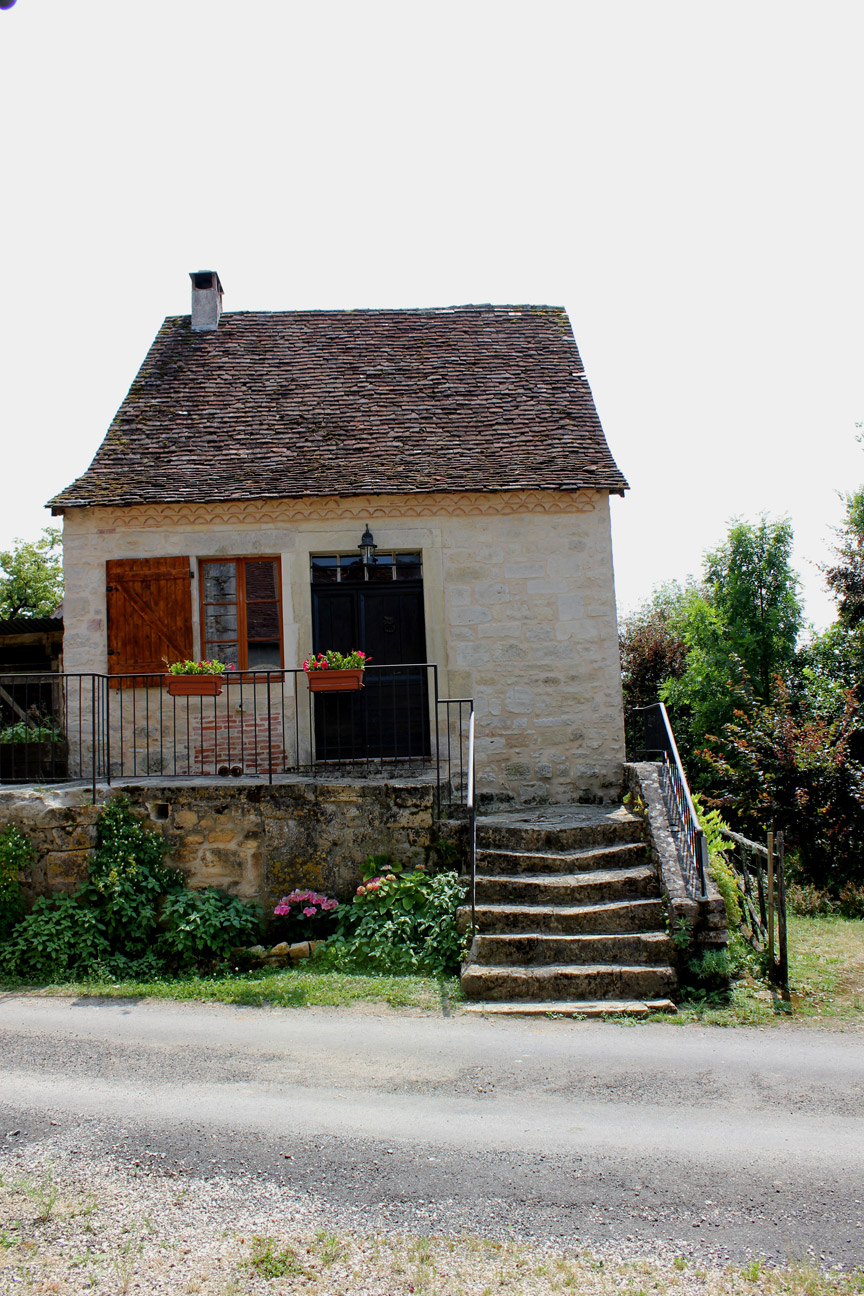 La petite maison haute for Tiny stone cottage
