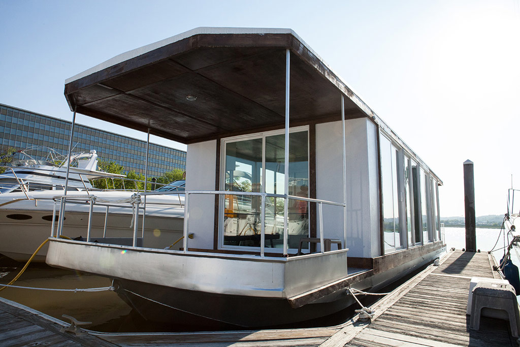 metroship-metro-prefab-houseboat-1