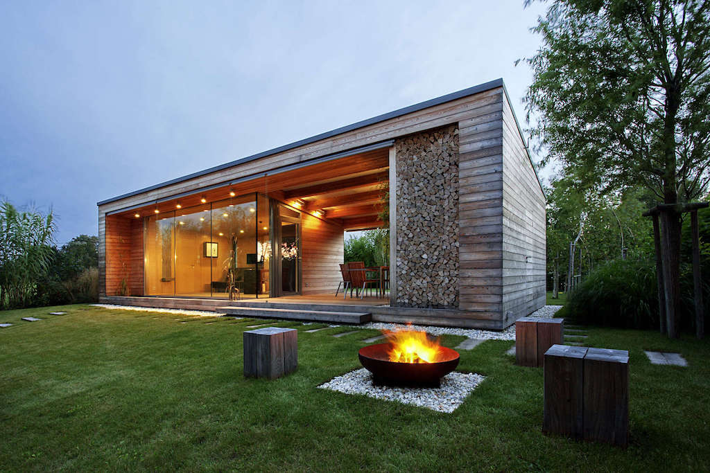 Cottage office Contemporary Modern Holidaycottagetóth Projectarchitectureoffice1 Small House Swoon Holiday Cottage By Tóth Project Architecture Office