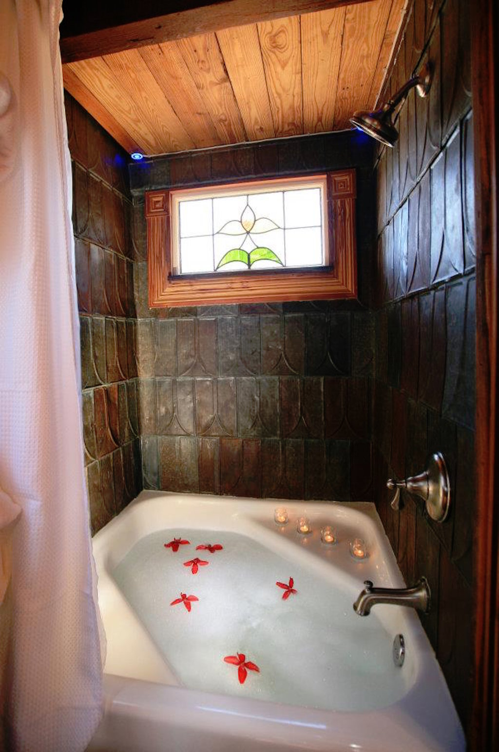 Tiny texas house at hillside cottages for Tiny bathtub