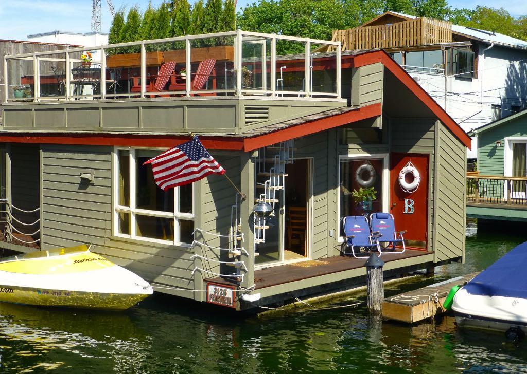 little-charmer-houseboat-1