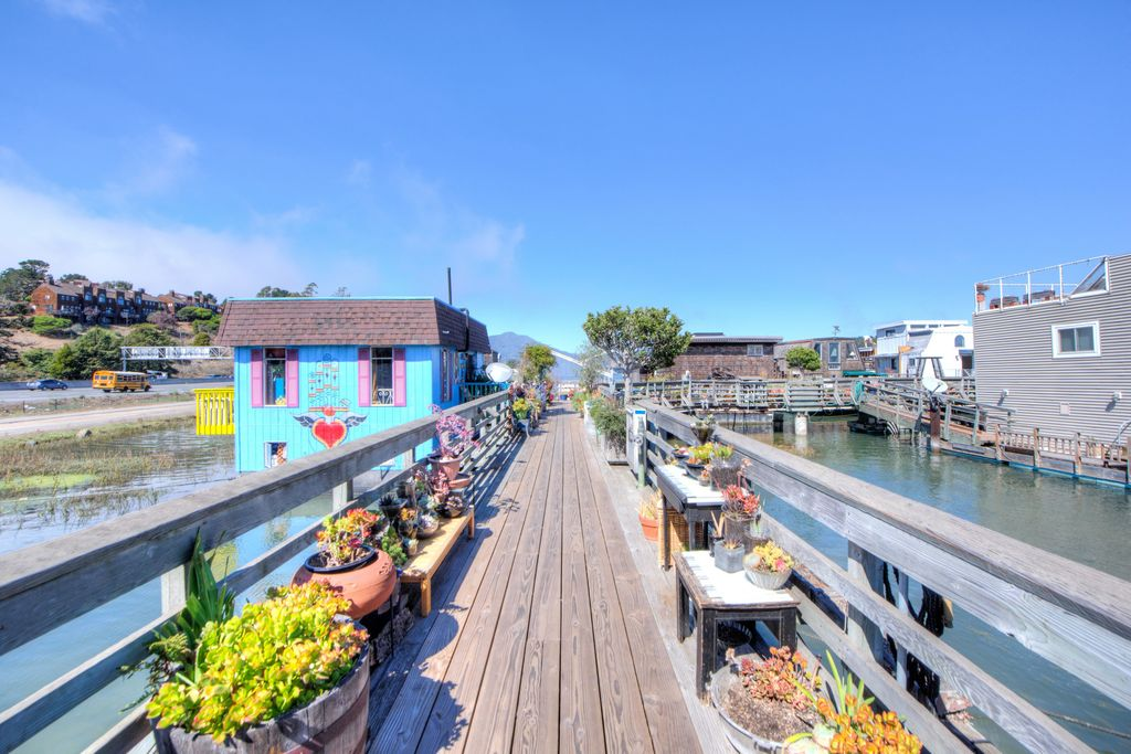 sausalito-houseboat-floating-house-2